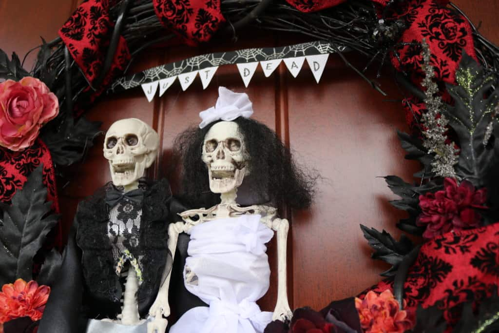 How to make a skeleton wreath for Halloween: this bride and groom skeleton couple makes for a perfectly macabre and funny October wedding gift! Head to the blog for a full tutorial.