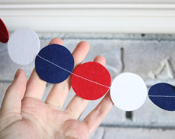 The easiest felt garland you can make in 30 minutes! Great for any holiday!